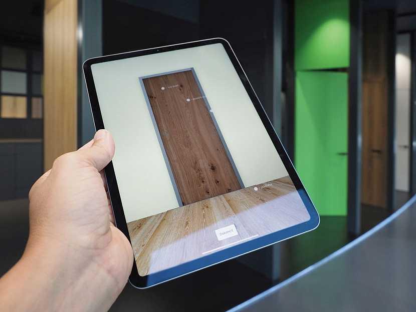 Díky speciální aplikaci si můžete vámi vybrané dveře nastavit v tabletu a ty se vám pak automaticky zobrazí na třímetrovém LED panelu, který je rovněž součástí SAPELI UNLIMITED showroomu