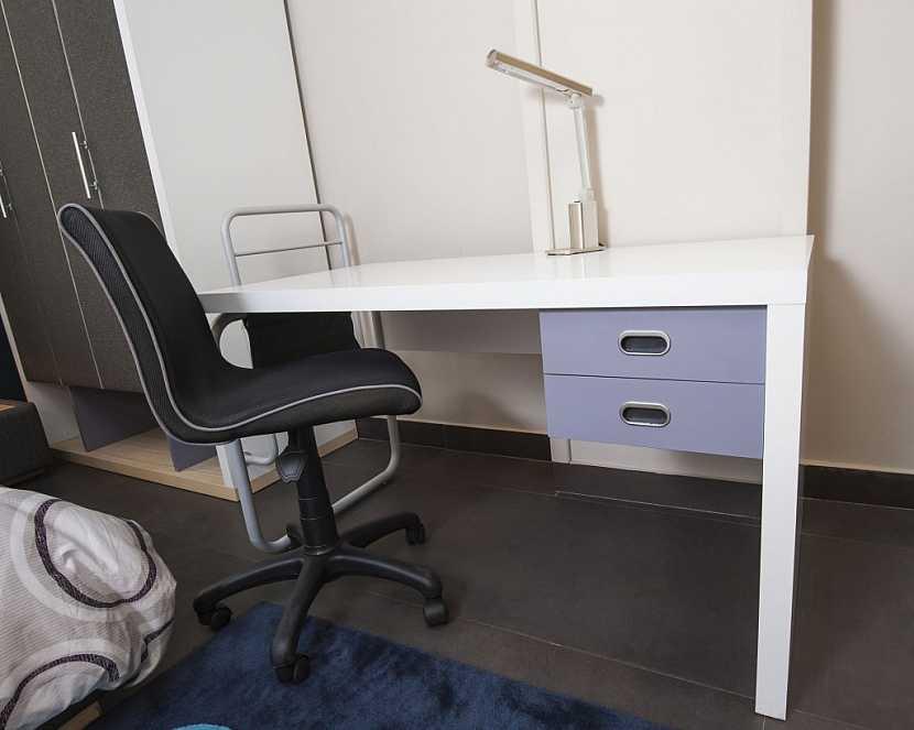 Při výběru nábytku pro školáka bereme největší zřetel na psací stůl