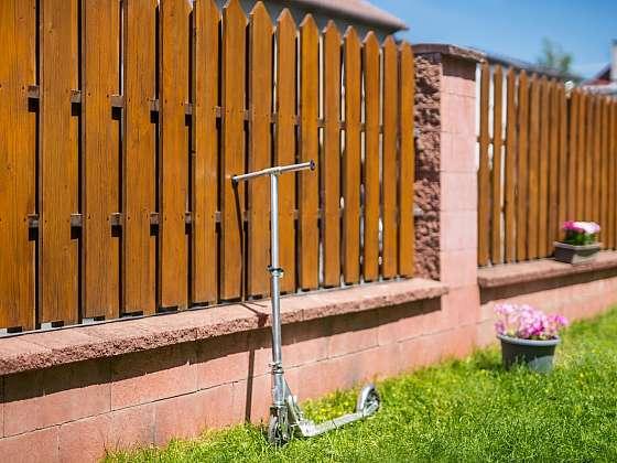 I dřevěný plot potřebuje pravidelnou údržbu (Zdroj: Balakryl)