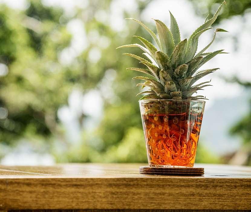 Sklenice s vodou a růžicí z ananasu
