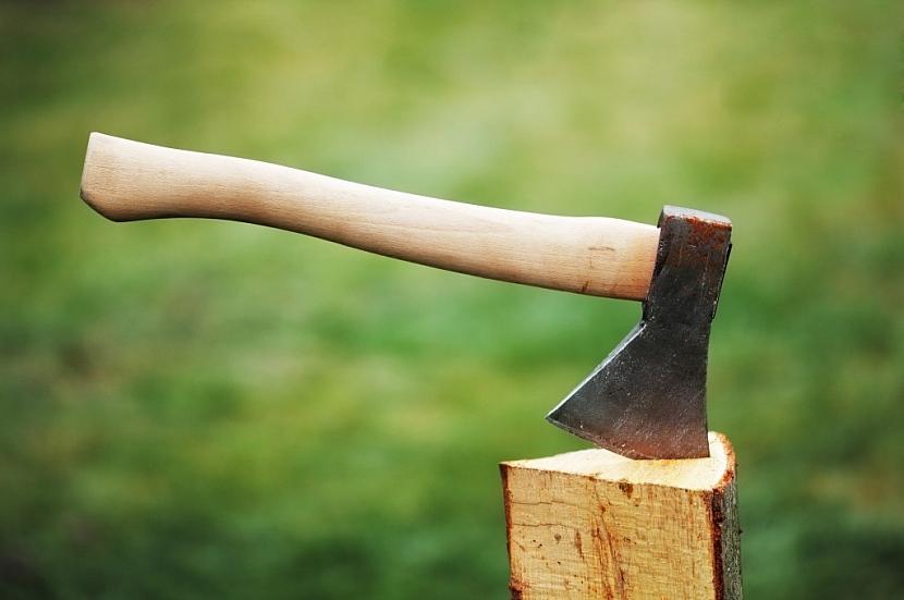 Ruční sekerka je ideálním pomocníkem při štípání dřeva na zátop