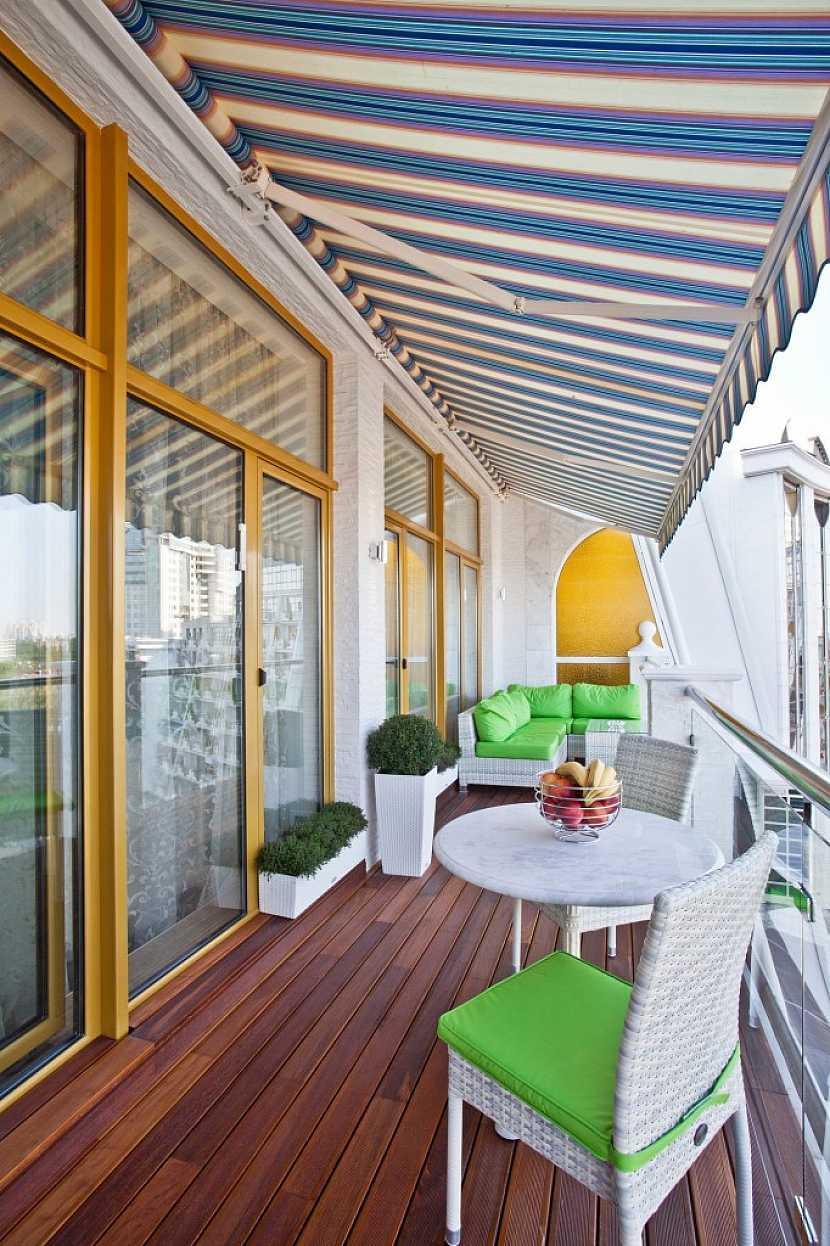Posezení na velkém balkóně dodá prostoru útulnost