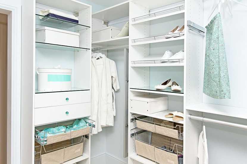 Drátěný program v šatní skříni