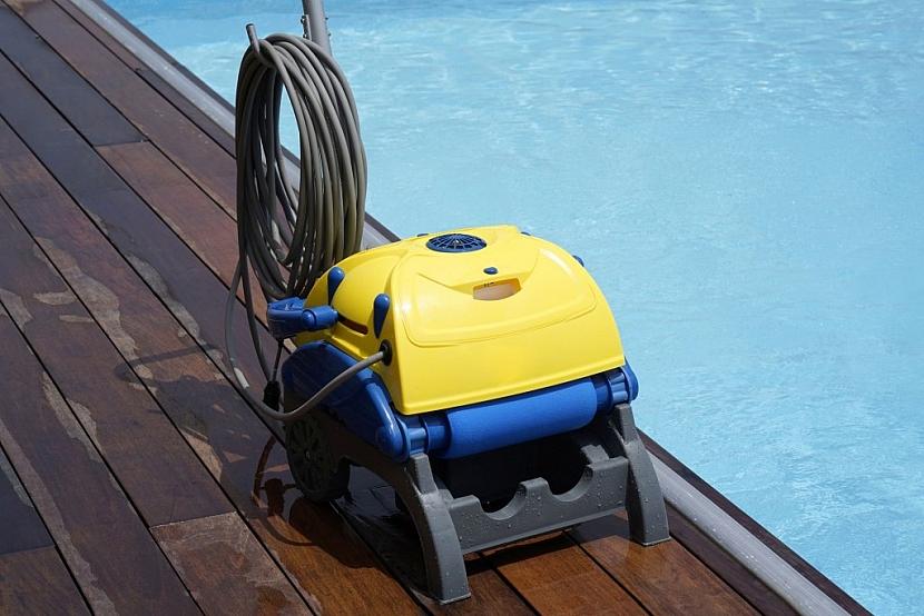 Poloautomatický bazénový vysavač