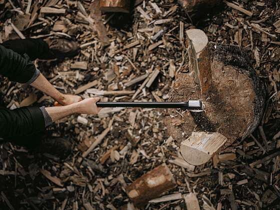 Při sekání dřeva sekerou dbejte na bezpečnost (Zdroj: Fiskars)