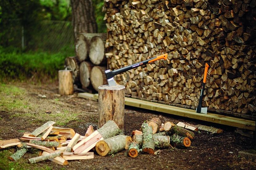 Štípací sekery od Fiskarsu a další nástroje jsou zárukou kvality
