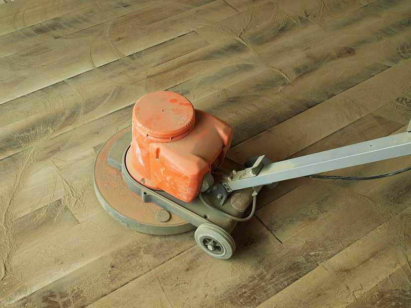 Broušení podlahy usnadní a urychlí pojízdný brousící stroj