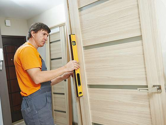 Oprava vrzajících dveří je snadná. Stačí mazivo a trocha času (Zdroj: Depositphotos)