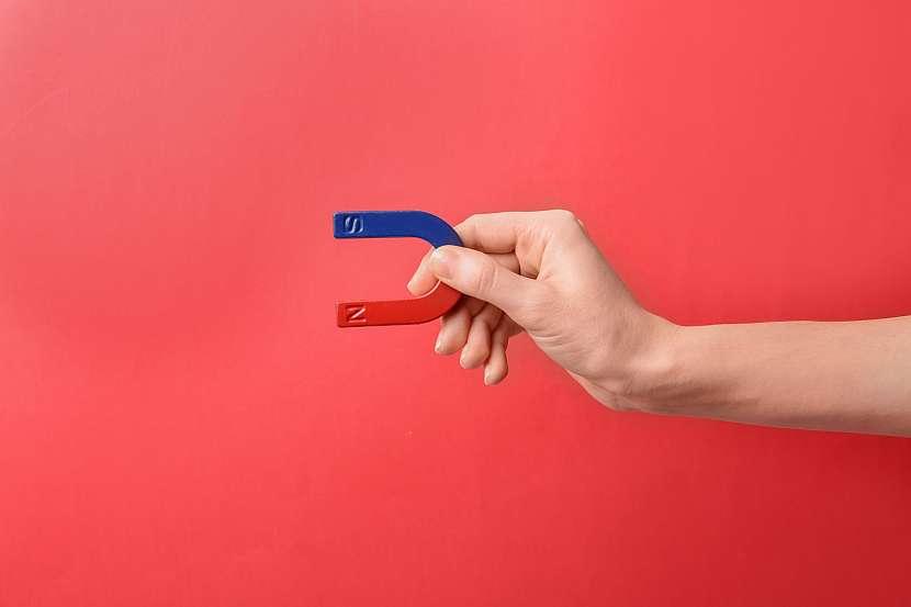 Silný magnet v ruce