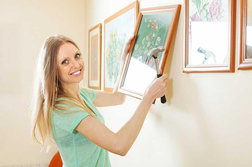 Obrazy lze do sádrokartonu snadno připevnit pomocí natloukacích háčků