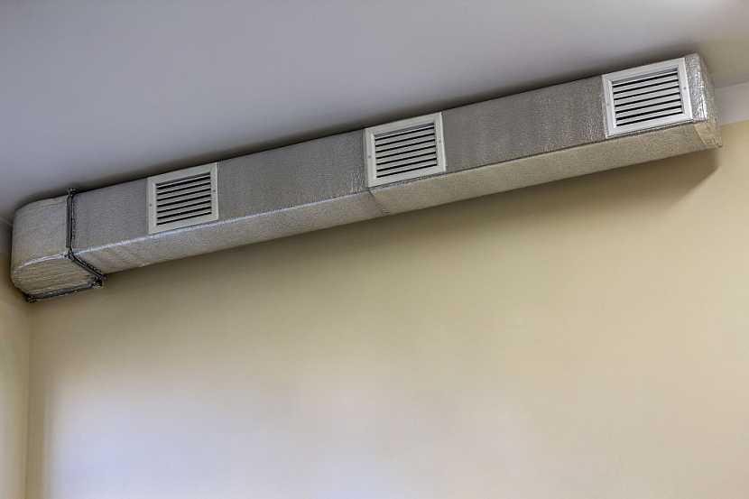 Čtyřhranné pozinkované trubky jsou opatřeny mřížkami, kterými může vzduch proudit