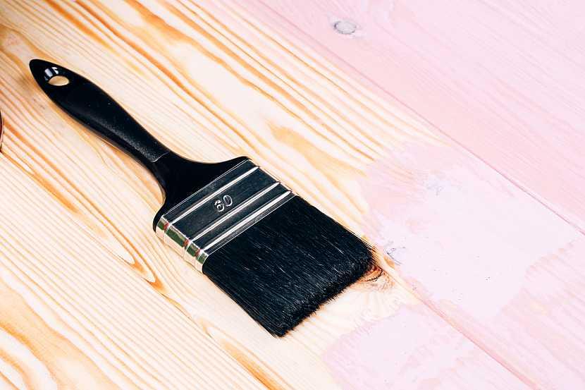 Štětec položený na dřevěné podlaze
