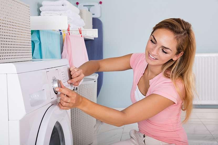 Žena nastavující program praní