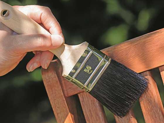 Nátěry dřevěných povrchů, jako jsou pergoly, ploty či zahradní nábytek