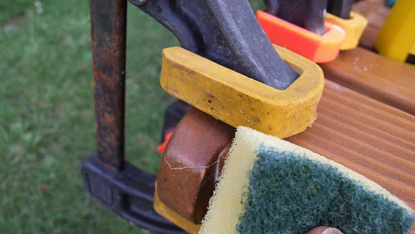 Jak opravit dřevěné zahradní křesílko: spoj stáhneme