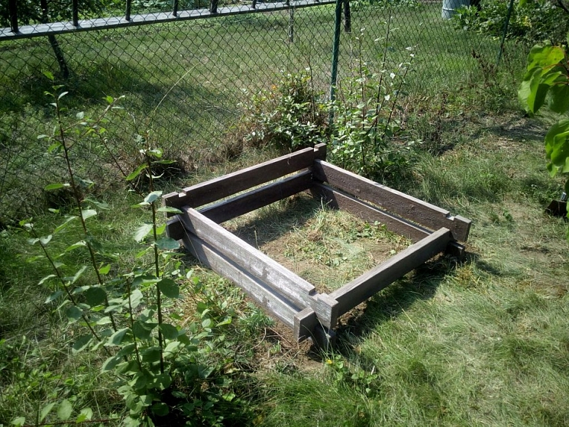 Stavba betonového kompostéru z jednotlivých prken je velmi snadná. Nepotřebujete žádné nářadí ani spojovací materiál, jen pár silných paží
