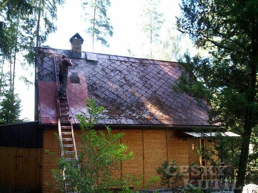 Před aplikací penetrace je potřeba střechu očistit
