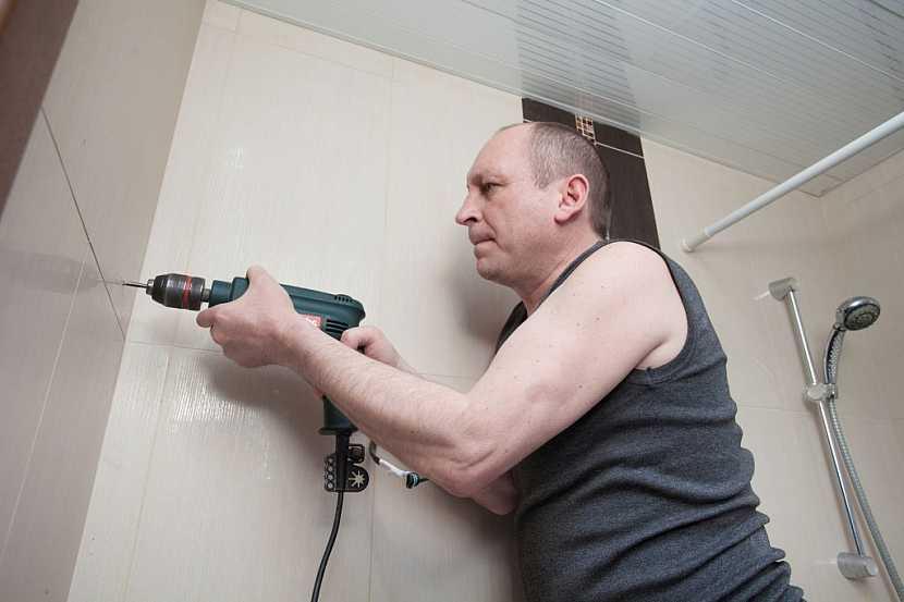 Vrtání v koupelně zvládne i amatér