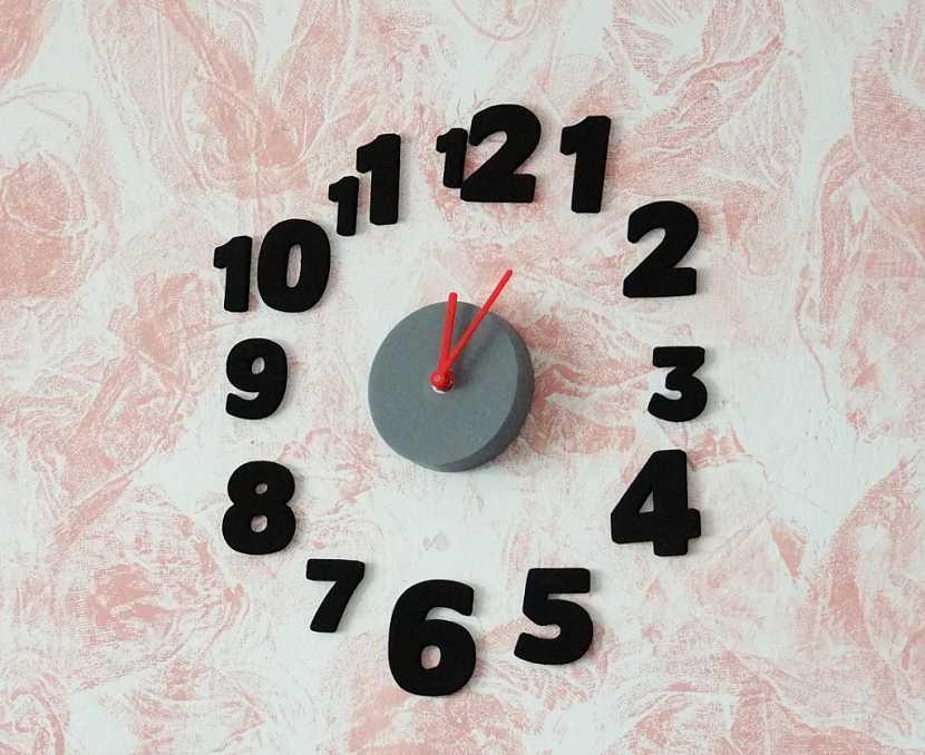 Samolepící hodiny oživí váš interiér