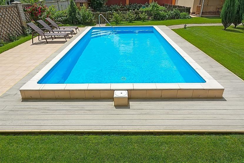 Bazén s upraveným okolím
