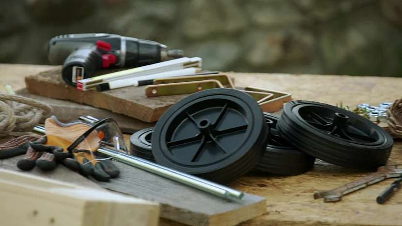 Na výrobu bude potřeba koupit kolečka a závitovou tyč, a také si opatřit paletu a prkna