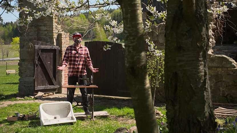 Staré umyvadlo a nefunkční šicí stroj