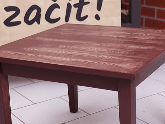 Starý stůl dostane díky metodě fládrování zcela nový vzhled – jemný, přírodní a působivý (Zdroj: Prima DOMA MEDIA, s.r.o.)