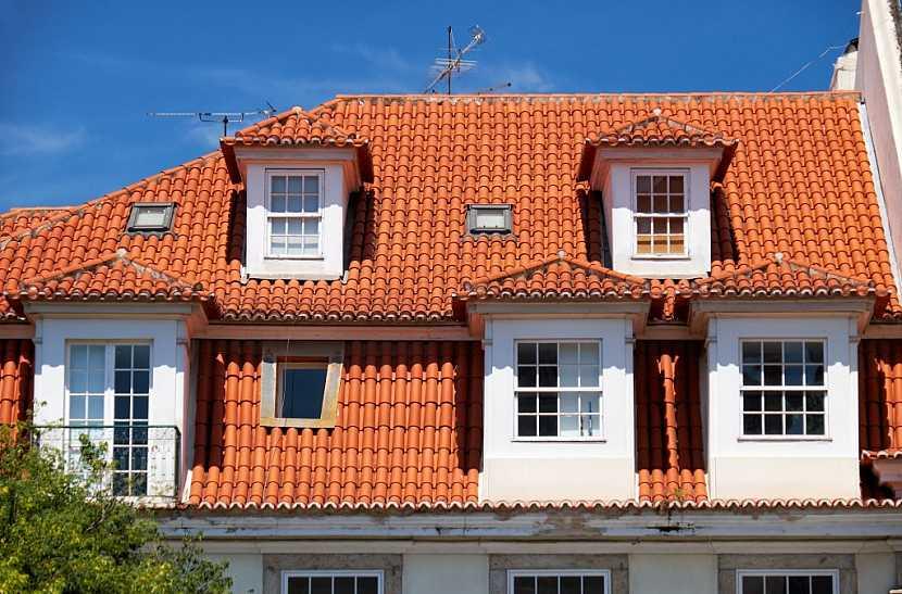 Mansardové střechy jsou náročné na cenu i pokládku krytiny