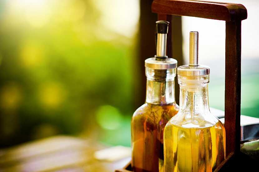 Zátiší s octem a olivovým olejem
