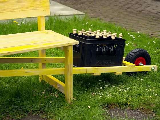 Líbila by se vám lavička s držákem na pivo? (Zdroj: Prima DOMA MEDIA, s.r.o.)
