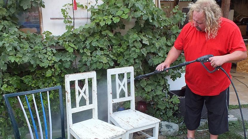 Lavice ze starých židlí: vybrané židle očistíme a omyjeme