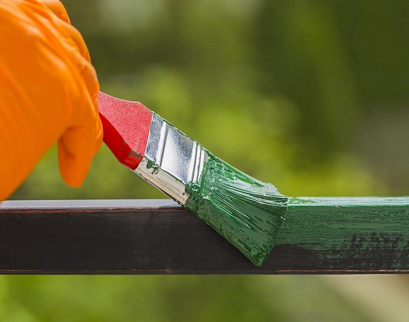 Při natírání používejte ochranné rukavice a dávejte pozor na okolní rostliny