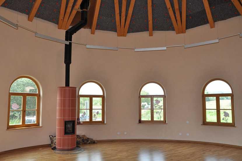 Hliněné omítky skvěle akumulují teplo a vytváří hřejivý domov