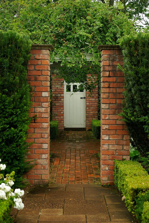 Sloupky, zdi a dveře