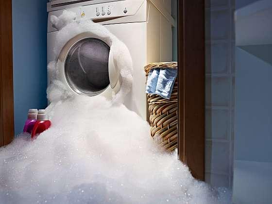 Vyměnit hadice u pračky zvládne i křehká žena (Zdroj: Depositphotos)