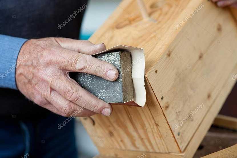 Před mořením je nutné dřevo nejprve správně obrousit
