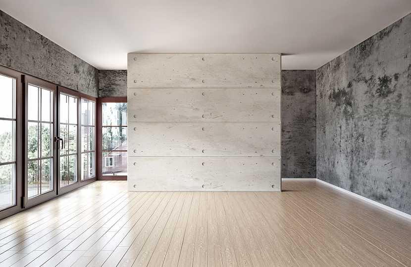 Prázdný pokoj s bělenými dřevěnými podlahami