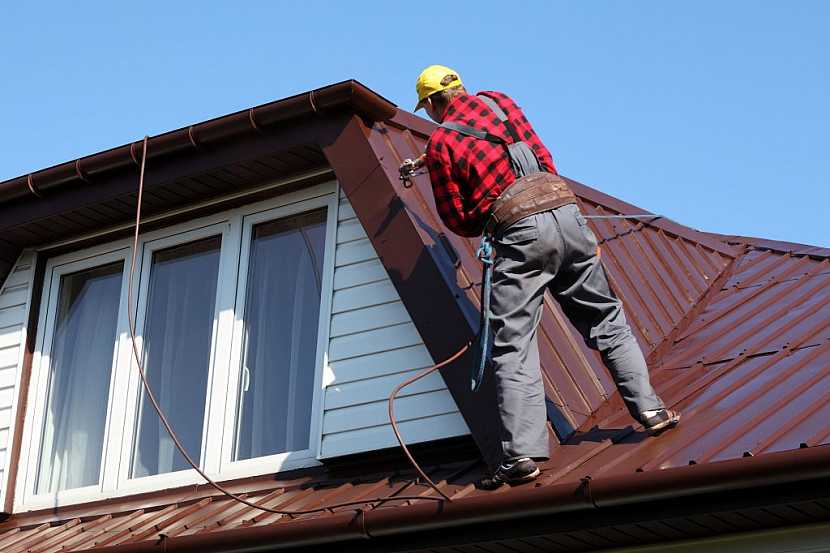 U komplikovaného tvaru střechy můžeme některé práce zadat odborníkovi