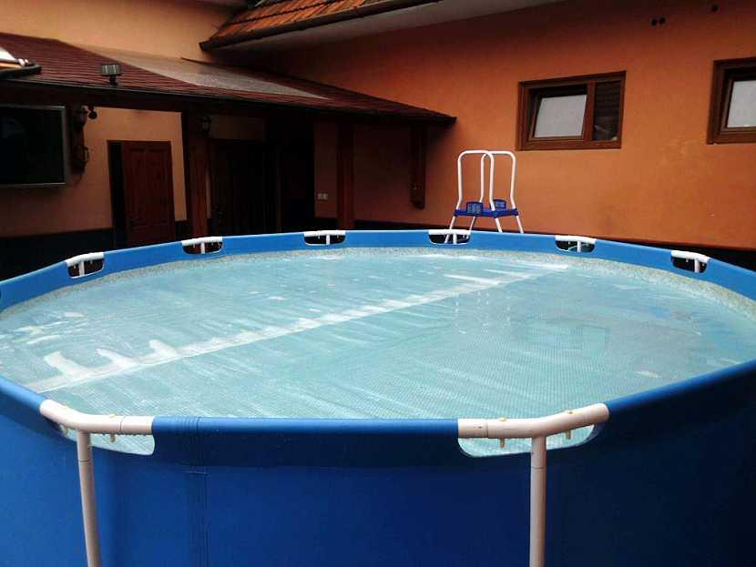 Mýtus 5: Solární plachta musí být jednodílná a pokrývat 100% hladiny bazénu.