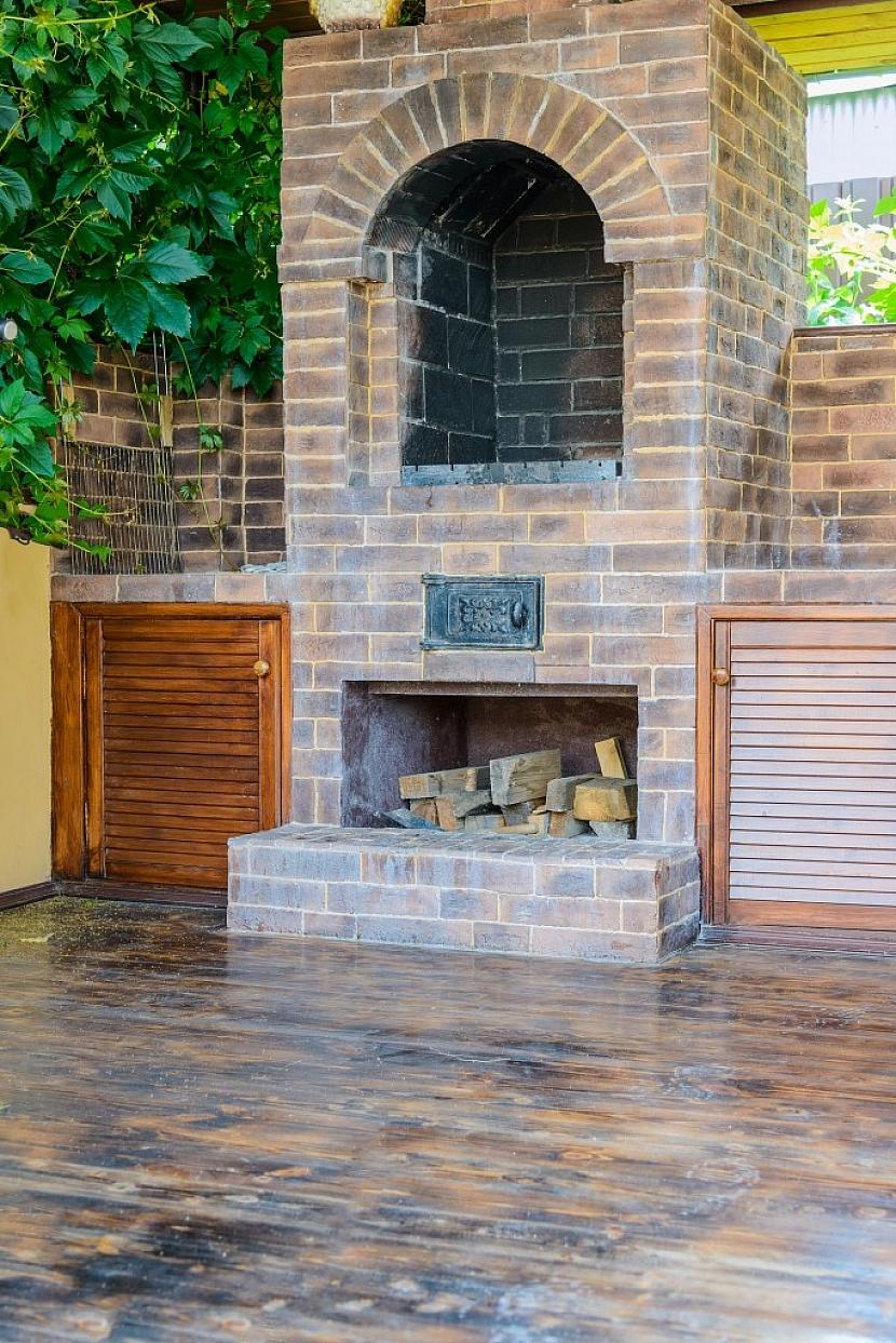 Březové dřevo je pro zahradní krb nejvhodnější druh topiva