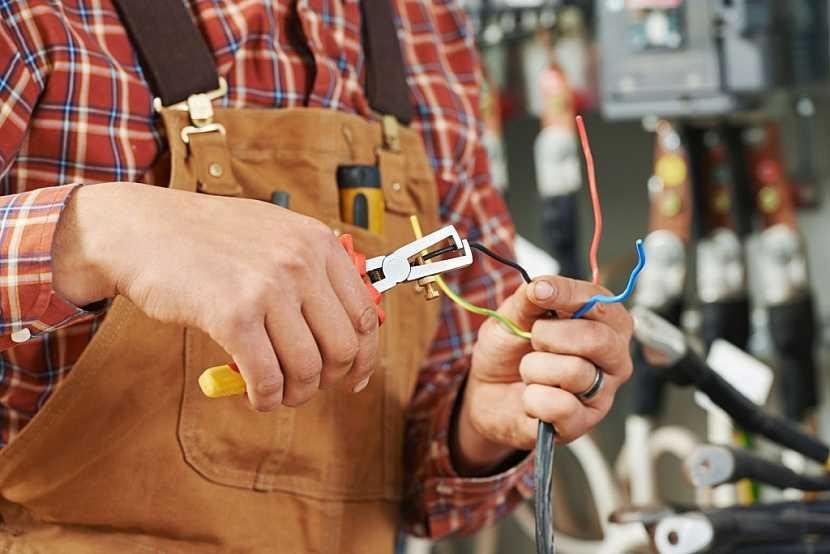 Kontrolu celé elektroinstalace provádí revizní technik