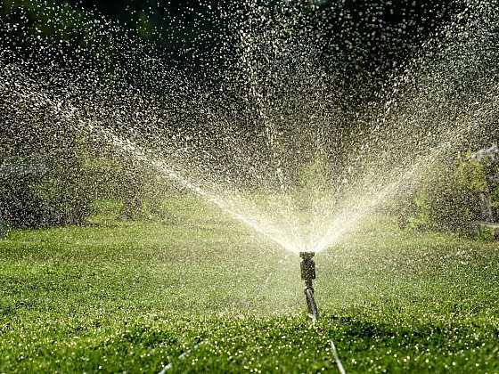 Zavlažování zahrady může být příjemný relax (Zdroj: Fiskars)