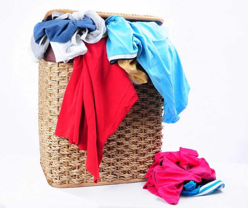 Praktický ratanový koš na špinavé prádlo