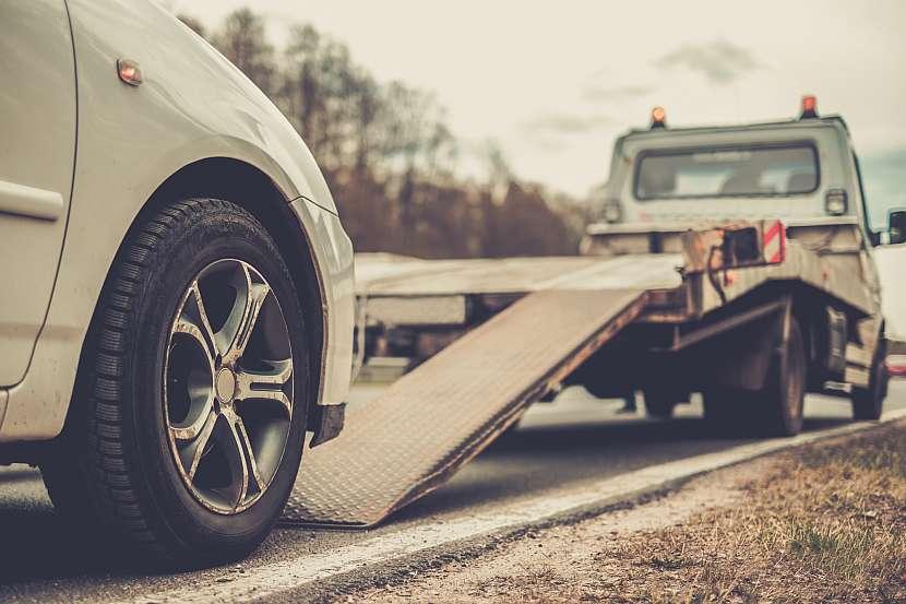 Autopojištění neznamená jen náhradu škod, ale i další služby. Například odtažení vozidla, a to často i v zahraničí