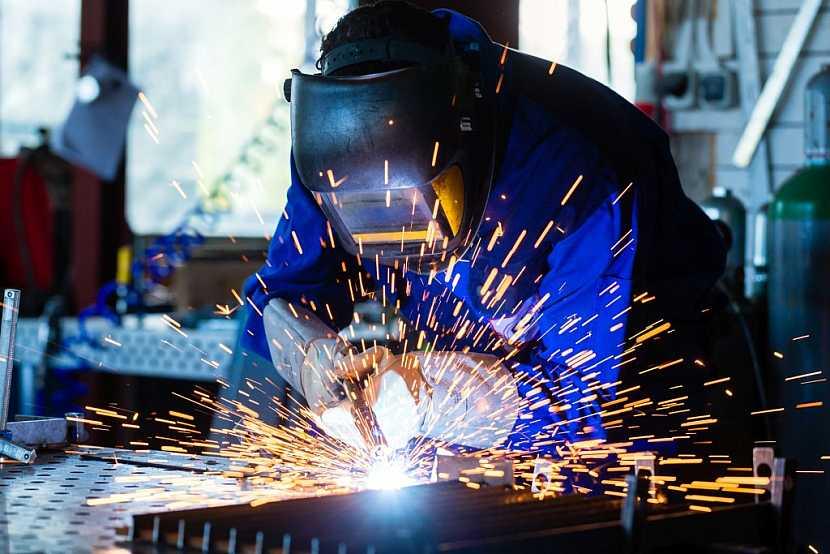 Při sváření se pracovník neobejde bez rukavic a speciálního ochranného štítu