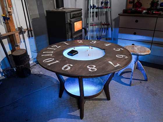 Ze starého konferenčního stolku může být za pár chvil stylový stolek s hodinami (Zdroj: Archiv FTV Prima)