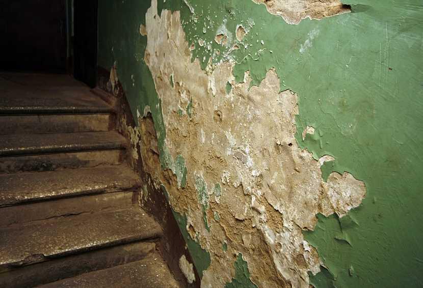 Stěna poškozená vlhkostí uvnitř domu je také známkou nutné sanace obvodových zdí