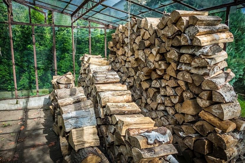 Nepoužívaný skleník může být dobrou náhražkou dřevníku