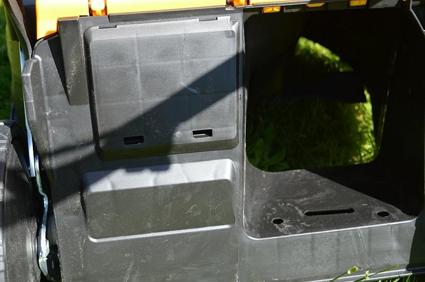 servisní okénko vedle zadního výhozu