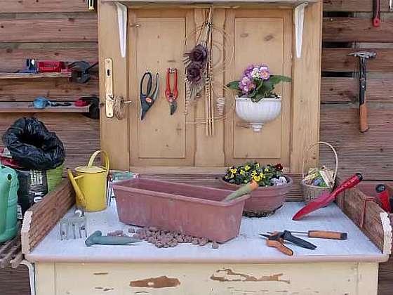 Přesazovací stůl může vypadat skvěle, i když je vyrobený de facto z harampádí. Recyklujeme! (Zdroj: Prima DOMA)